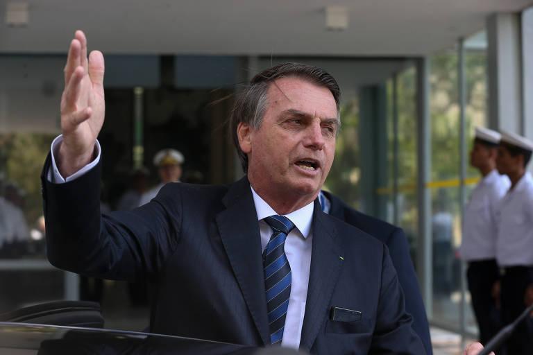 O presidente Jair Bolsonaro (PSL) fala com a imprensa ao deixar sede da Marinha, em Brasília