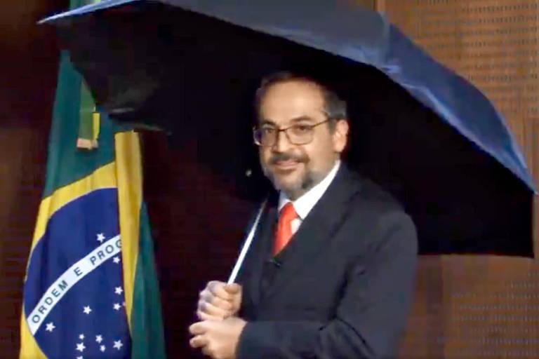 Ministro Abraaham Weintraub com guarda-chuva em vídeo postado em redes sociais