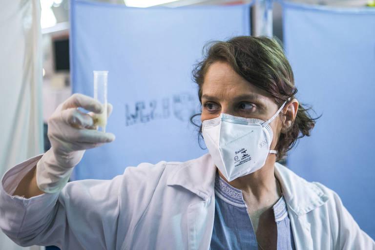Vera ( Drica Moraes) descobre que Lindacy (Neusa Borges) está com meningite