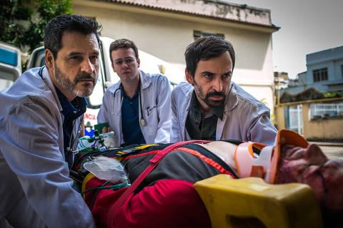 Evandro ( Julio Andrade ), Charles ( Pablo Sanabio ) e Decio ( Bruno Garcia ) recebem paciente que caiu de paraquedas