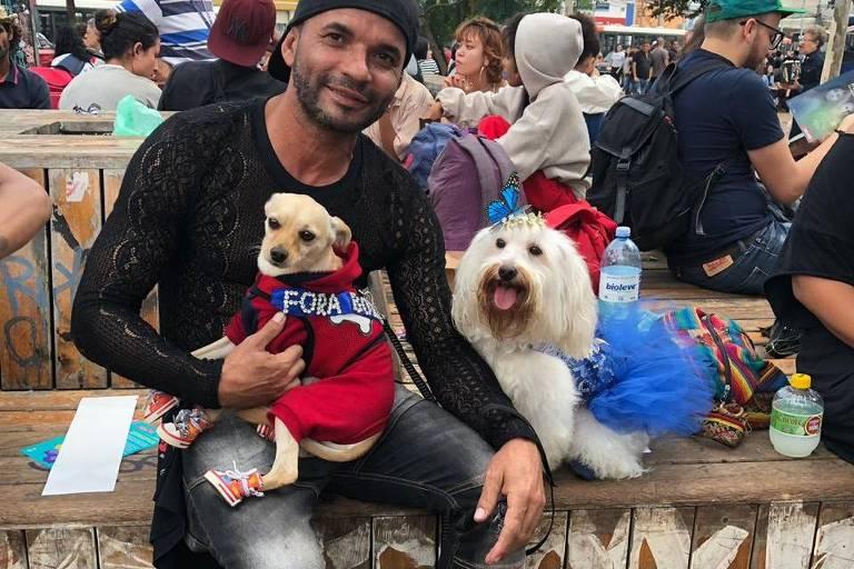 Paisagista Agnaldo Carlos, 43, vai a protesto em SP acompanhado dos dois cachorros, Sofia e Flash