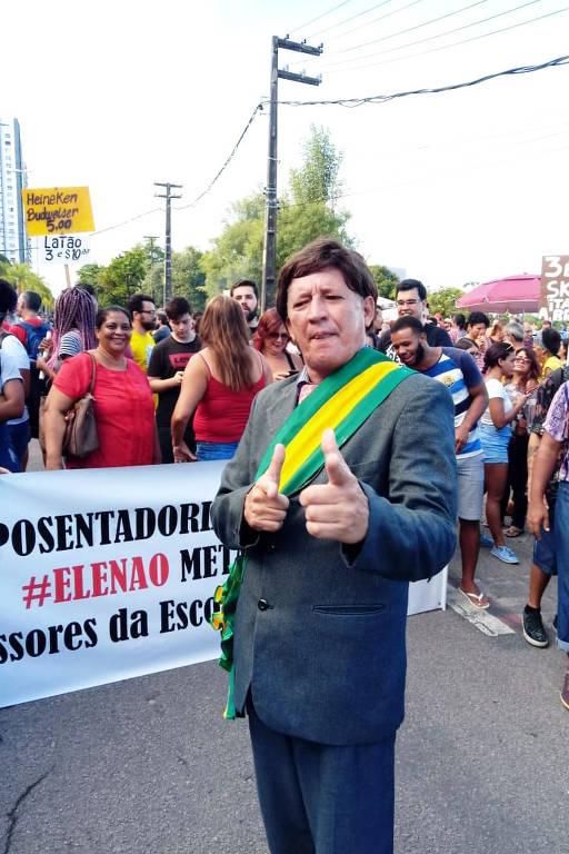 O ator Cleuson Vieira fantasiado de Bolsonaro em protesto no Recife