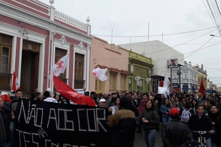 Estudantes protestam em Jaguarão, na fronteira do Rio Grande do Sul com o Uruguai