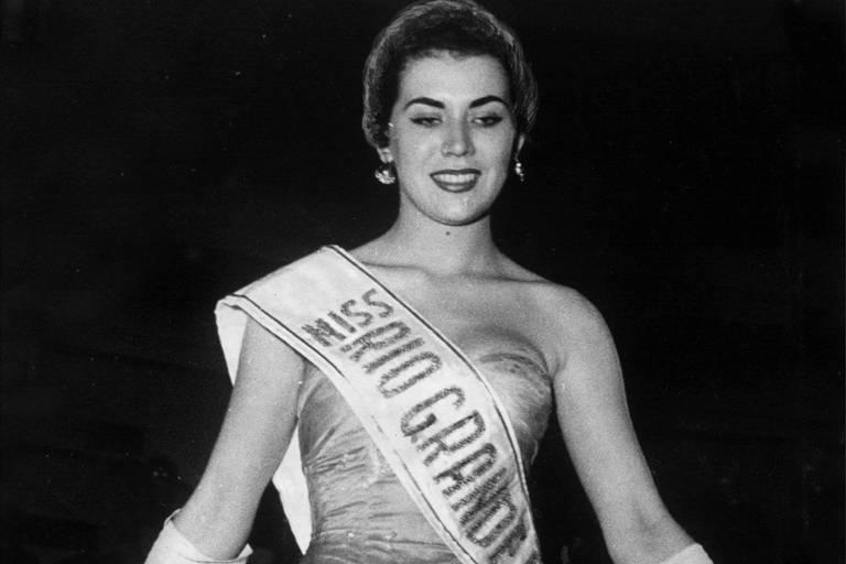 Maria José Cardoso, representante do Rio Grande do Sul, eleita miss Brasil 1956 no Hotel Quitandinha, em Petrópolis (RJ)