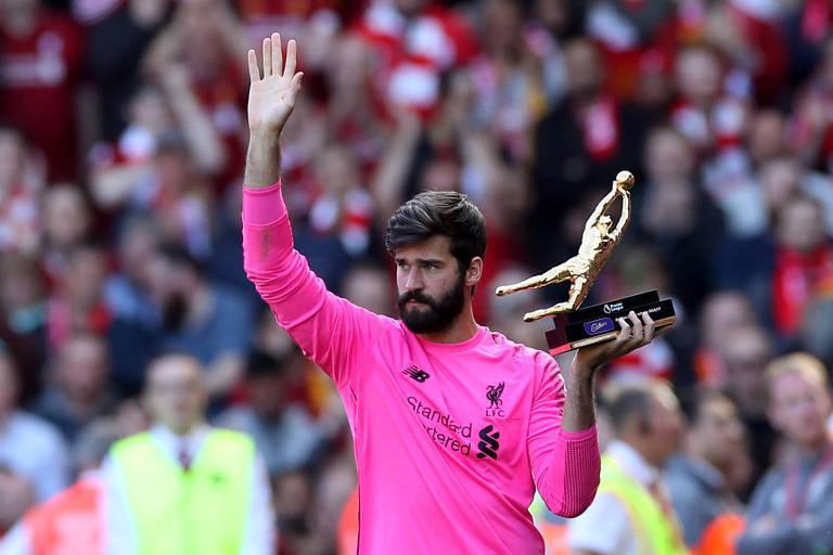 Alisson recebe o prêmio de goleiro menos vazado do Campeonato Inglês