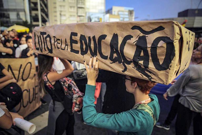 Manifestantes contra os cortes no orçamento da educação realizam ato na tarde desta quinta-feira (30), no Largo da Batata na zona oeste de São Paulo