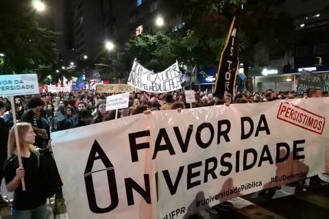 Faixas a favor da universidade pública em protesto em Curitiba         Foto: Katna Baran/Folhapress