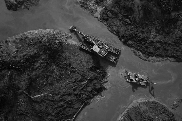 Equipes fazem busca por corpos de vítimas do desastre provocado pelo rompimento da barragem da mina Córrego do Feijão, em Minas Gerais; trágedia teve influência no resultado do PIB