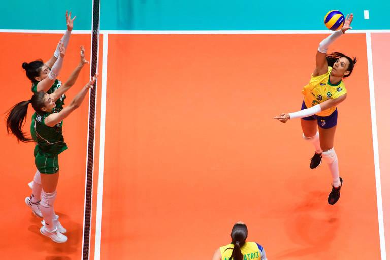 A oposta brasileira Ana Paula Borgo ataca contra a Bulgária, na vitória brasileira por 3 sets a 0, na Holanda