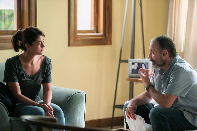 Elias ( Marco Ricca ) conta a Helena ( Carol Castro ) como tudo aconteceu e dá a ela o anel que Rodrigo comprou antes de morrer.