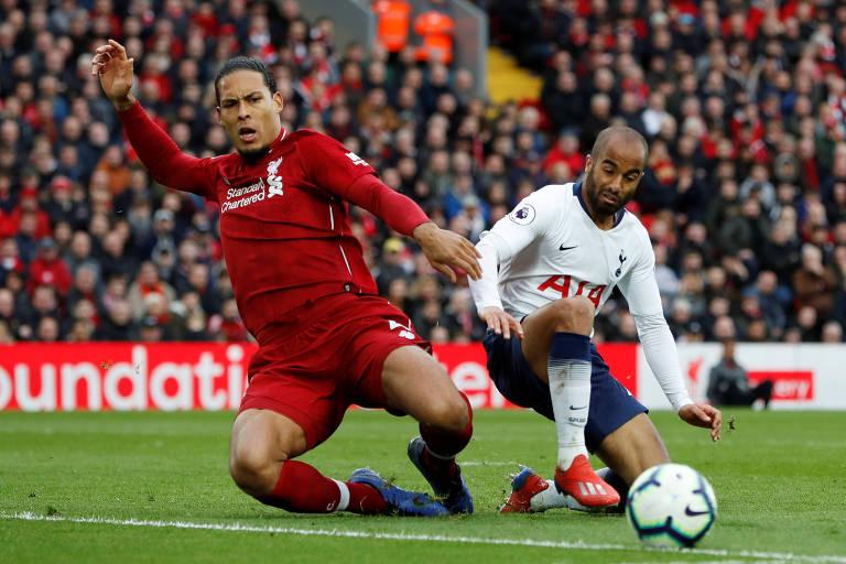 O holandês Van Dijk e o brasileiro Lucas dividem a bola em partida da Premier League