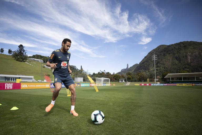 Neymar volta a treinar com bola na Granja Comary