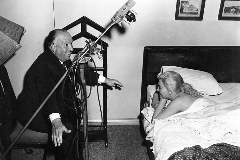"""Hitchcock conversa com a atriz Kim Novak durante gravações do filme """"Um Corpo que Cai"""" (1958)"""