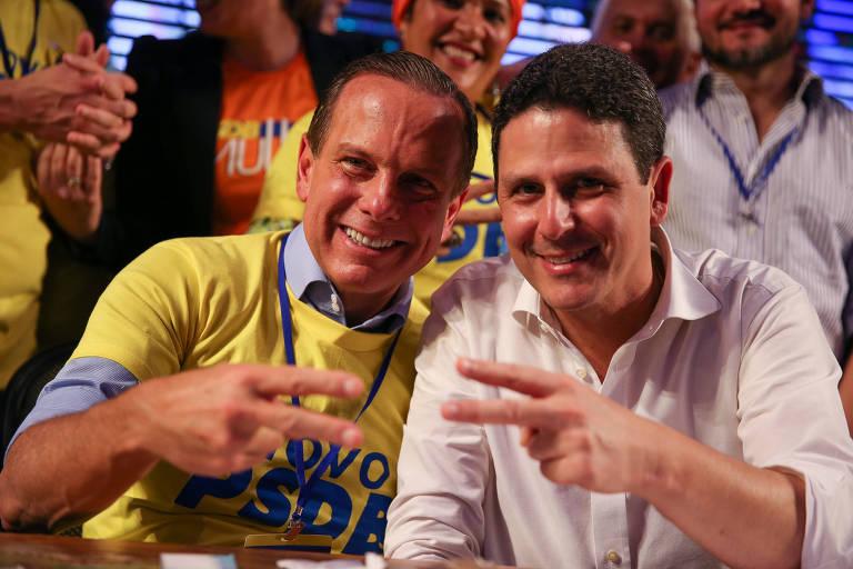 O governador de SP João Dória, sentado ao lado do novo presidente do PSDB Bruno Araújo, durante convenção da executiva do PSDB, em Brasília.