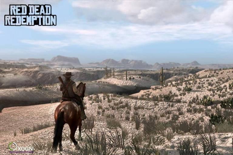 Cena do videogame, Red Dead Redemption, em um cenário típico de faroeste (deserto com vegetação rasteira e escassa). Um homem cavalga sozinho.