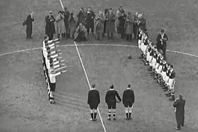 Alemães fazem a saudação nazista no amistoso entre Alemanha e Inglaterra, em 1935