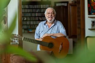 O compositor Paulo César Pinheiro em seu apartamento em Laranjeiras, no Rio