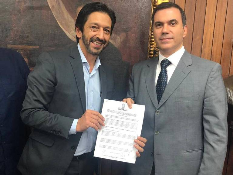 O presidente da CPI Ricardo Nunes (MDB) e o vice jurídico do Santander, Alessandro Tomao (dir.)