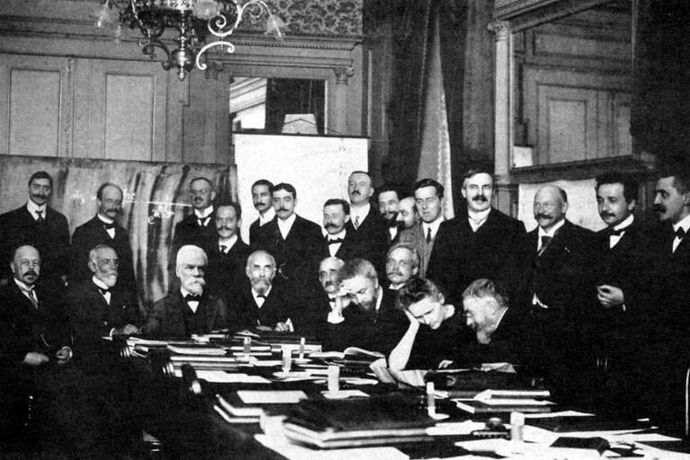 A cientista Marie Curie foi a única mulher entre os cientistas na Conferência de Solvay de 1911, sobre física, em Bruxelas