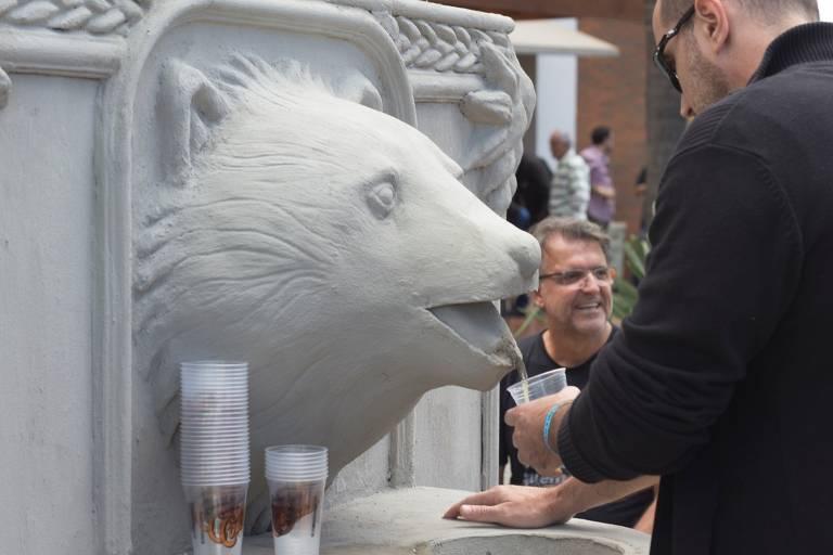 Colorado cria fonte de cerveja em forma de urso