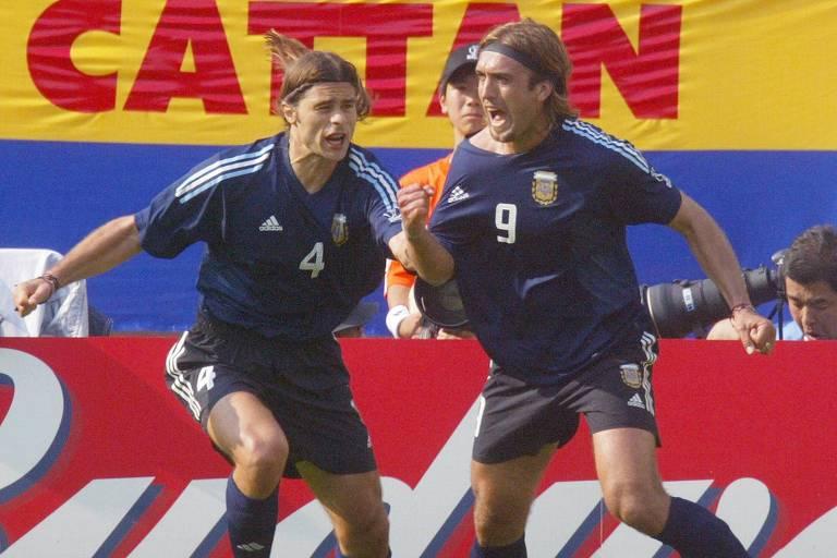 Pochettino (à esq.) corre para abraçar Batistuta na vitória da Argentina sobre a Nigéria, em 2002
