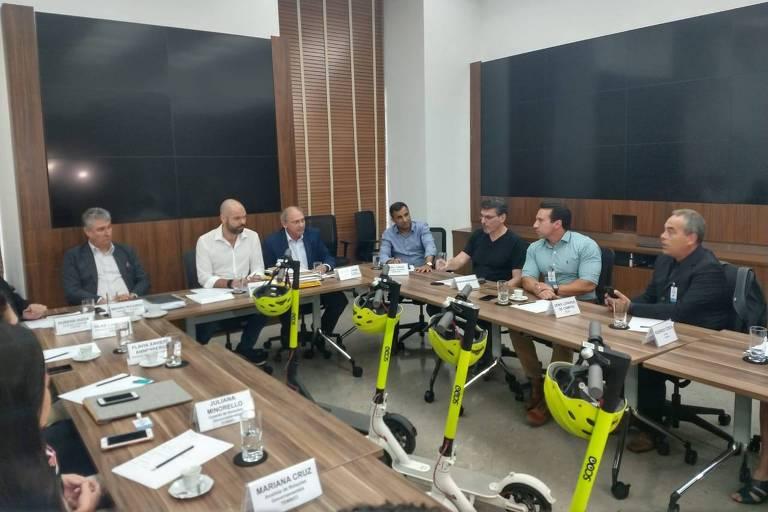 O prefeito Bruno Covas em reunião com representantes das empresa de patinete