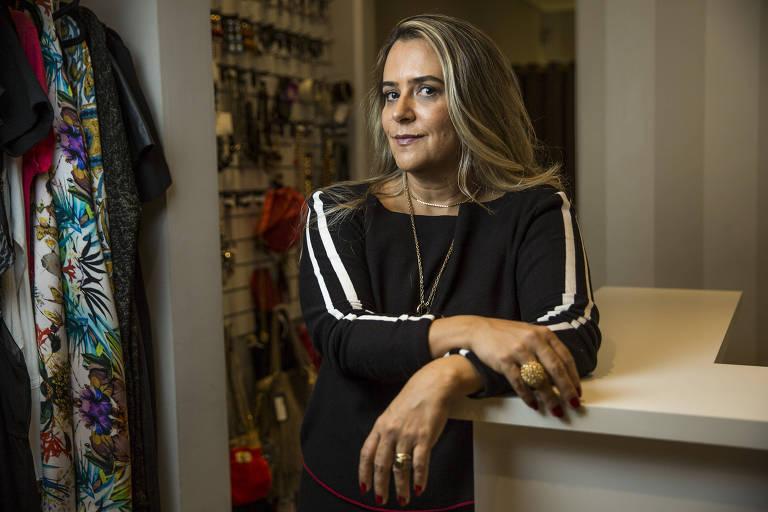 A proprietária do Brechó Agora é Meu, Siomara Leite, na loja em Higienópolis, São Paulo