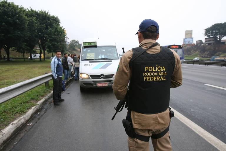 Policial Rodoviário Federal na rodovia Presidente Dutra