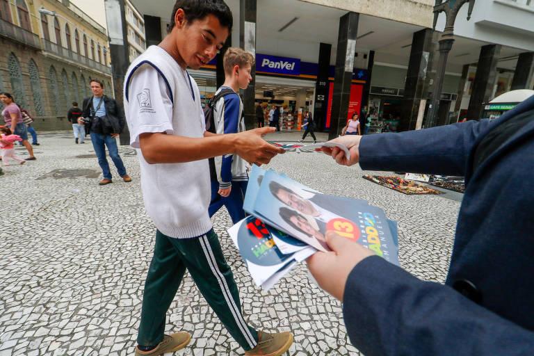 Apoiador distribui panfletos do PT em Curitiba, em 2018; partido teve estagnação no número de filiados desde a eleição