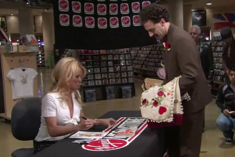 """Pamela Anderson e Sacha Baron Cohen em cena do filme """"Borat"""", de 2006"""