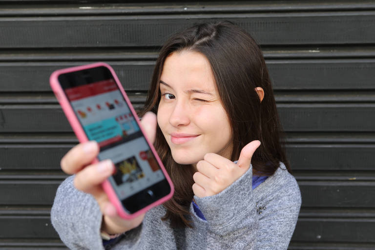 """A estudante Bárbara Moura, 19 anos, diz que consegue economizar R$ 100 por mês. """"Quase nunca tenho dinheiro. Como Cuponeria, consigo bons descontos."""""""
