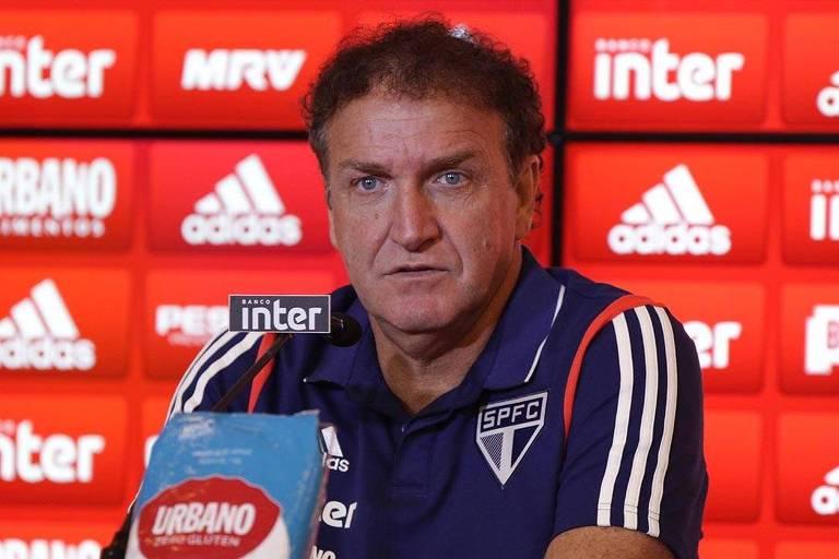 O técnico Cuca respeita o direito de protesto da torcida, mas pede apoio no jogo deste domingo (2) contra o Cruzeiro