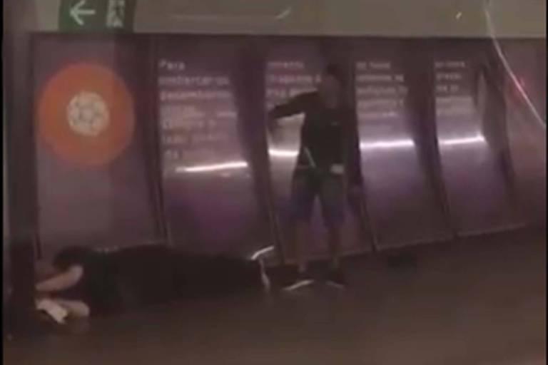 Homem armado faz refém e provoca pânico no Metrô do Rio