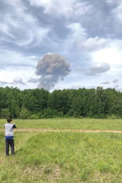 Fumaça de explosão em fábrica na cidade de Dzerzhinsk, na Rússia, vista ao longe