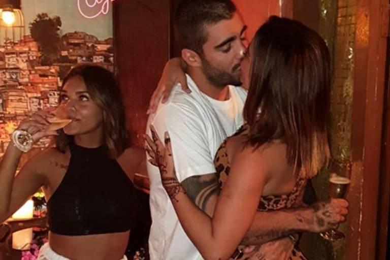 Anitta e Pedro Scooby se beijam em Bali