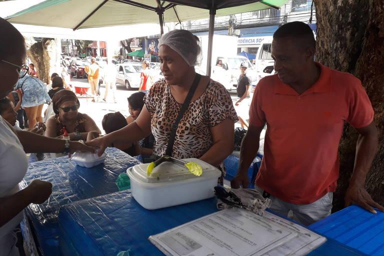 Ana Bispo e o marido vendem quentinhas em Salvador