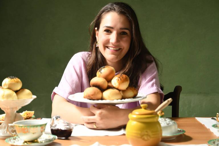 Mariana Freire e pães de batata que aprendeu a fazer com a mãe