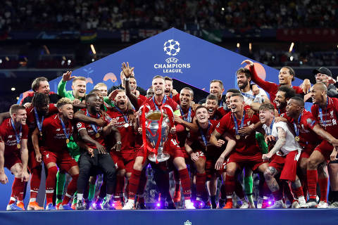 Soccer Football - Champions League Final - Tottenham Hotspur v Liverpool - Wanda Metropolitano, Madrid, Spain - June 1, 2019  Liverpool celebrate with the trophy after winning the Champions League Final  REUTERS/Carl Recine ORG XMIT: AI