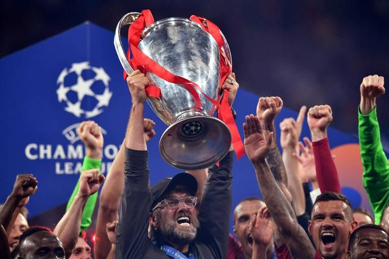O técnico Jürgen Klopp ergue a taça da Liga dos Campeões