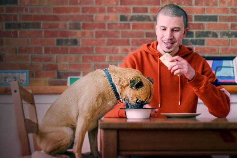 Série sobre dono e seu cão usa absurdo e humor ácido para cativar
