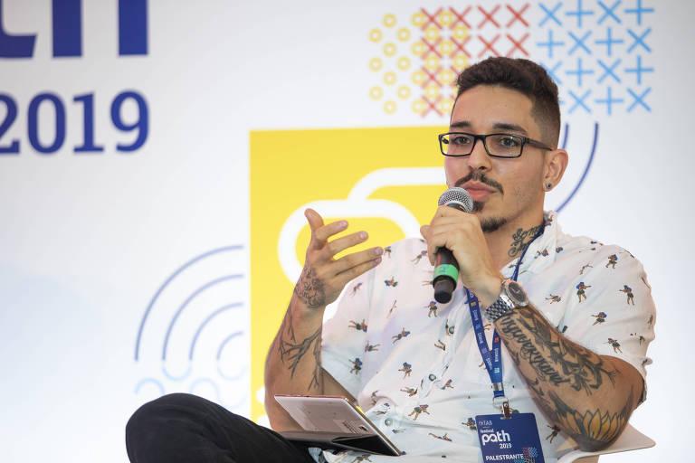 João Martins fala ao microfone durante palestra no festival
