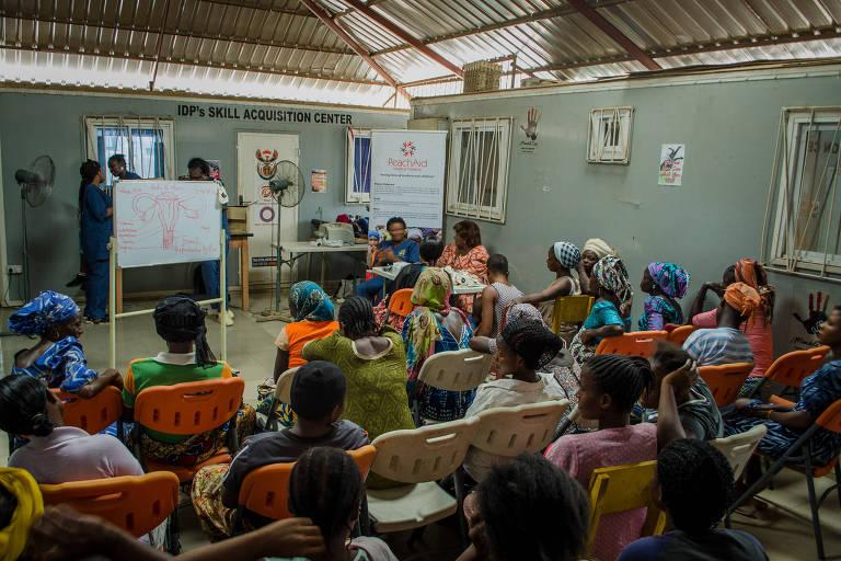 Médica cria projeto para distribuir coletores menstruais a nigerianas