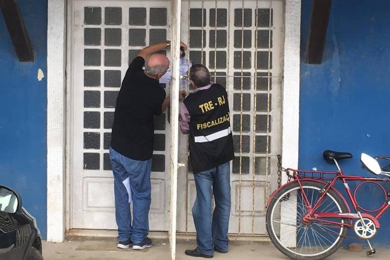 Justiça Eleitoral de Iguaba Grande (RJ) em diretório lacrado de candidato à Prefeitura local