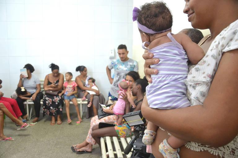 Crianças em fila da vacinação, em Salvador
