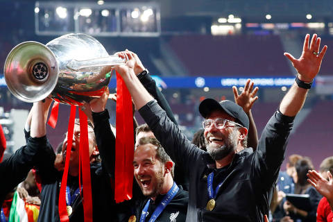 Soccer Football - Champions League Final - Tottenham Hotspur v Liverpool - Wanda Metropolitano, Madrid, Spain - June 1, 2019  Liverpool manager Juergen Klopp and his staff celebrate with the trophy after winning the Champions League  REUTERS/Kai Pfaffenbach ORG XMIT: AI