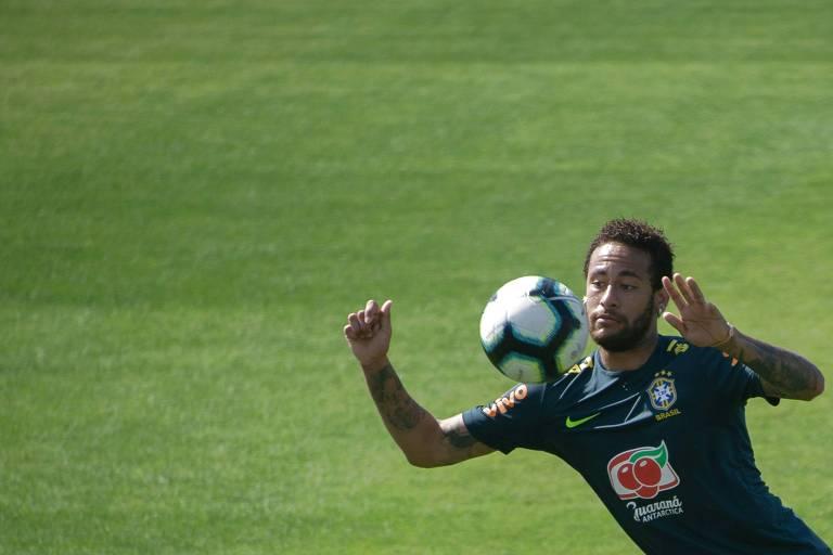 Neymar domina bola no peito durante treino da seleção brasileira na Granja Comary
