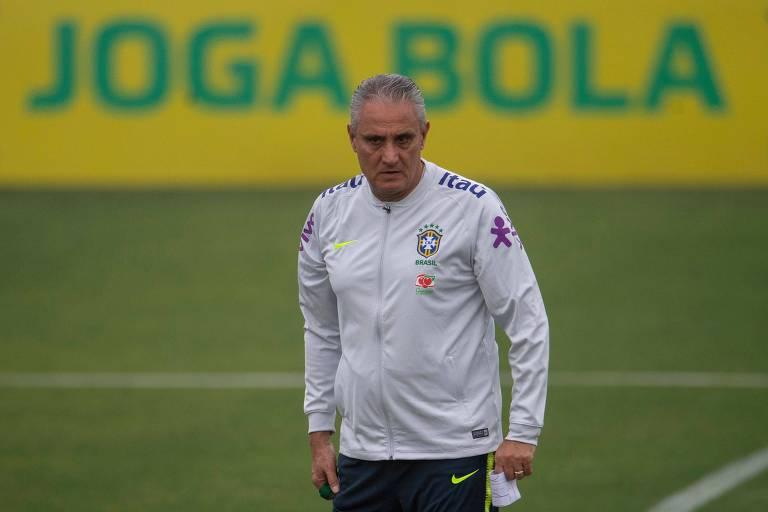 O técnico Tite comanda o treino da seleção brasileira na Granja Comary