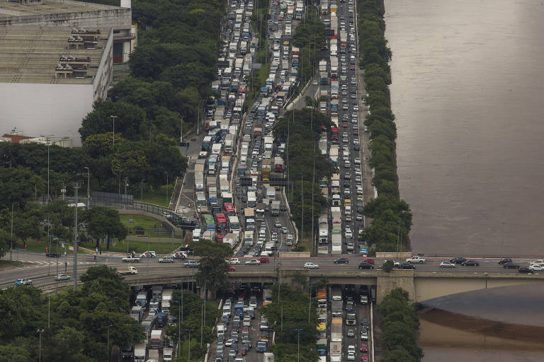 68ac52bc14c8 Trânsito parado na marginal Tietê após temporal que atingiu a cidade de São  Paulo - Danilo Verpa - 11.mar.2019/Folhapress