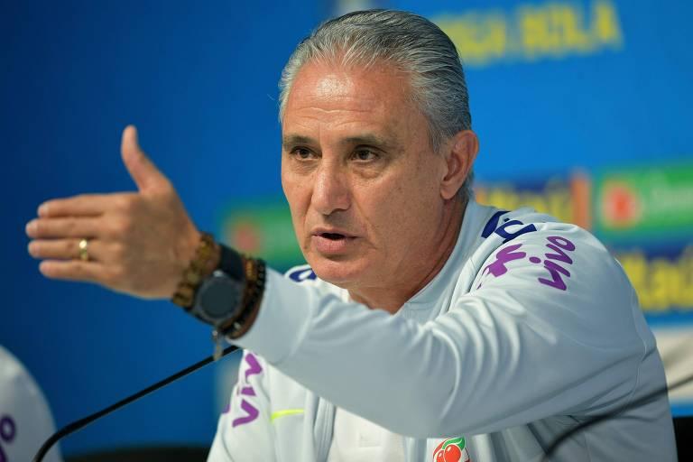 O técnico da seleção brasileira, Tite, responde a uma pergunta durante a entrevista coletiva na Granja Comary