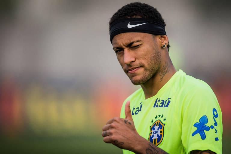 Neymar durante treino da seleção brasileira em 2015, com uma faixa da Nike na cabeça